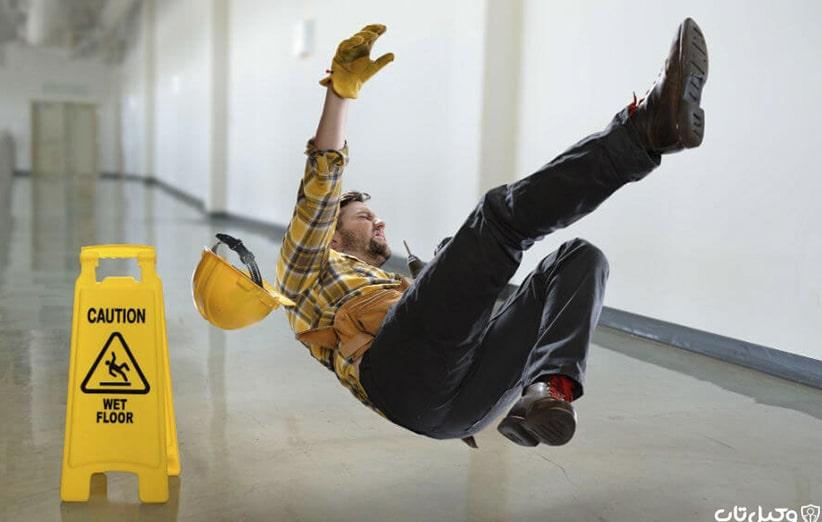 خطرهای مکانیکی، خطرهای شیمیایی و خطرهای گرمایی و سرمایی که موجب آسیب به پای کارگران می گردد
