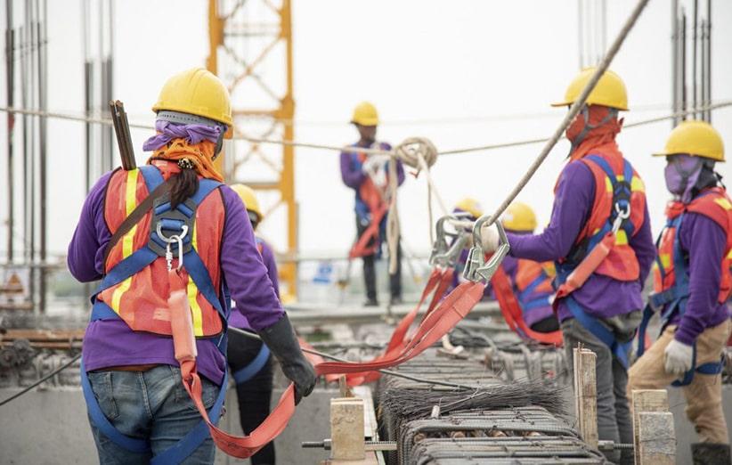 ضرورت استفاده از کمربند ایمنی و طناب نجات در پروژه های کار در ارتفاع